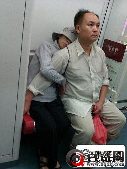 4张照片诠释肩膀上的爱情一张让人很感动一张让人很心酸