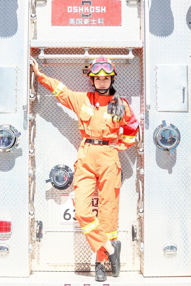 谢娜变身救火英雄